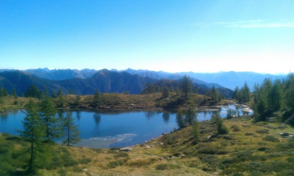 Über der Baumgrenze: Blick auf den Laghetto dei Salei und die bewaldeten Berghänge des West-Tessins
